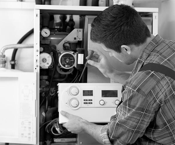 Tecnico esegue la manutenzione della caldaia